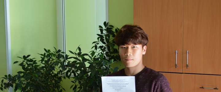 Twelfth grade IB student Cho Jungmin receives Level Three certificate for Knowledge of Russian Language