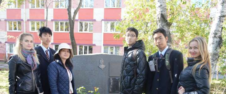 Students from Morioka Chuo High School learn about the history of the Japanese diaspora in Vladivostok