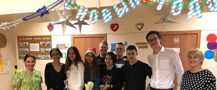Be healthy! ILS 11th graders take gifts and New Year's tree ornaments to children at Regional Children's Clinical Hospital No.1