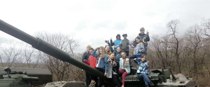 ILS 6th graders shoot rifles and try soldiers' porridge at Voroshilov Battery