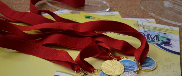 Twenty-four sets of medals prepared for participants in the 5th International Children's Jazz Festival Pacific Fusion